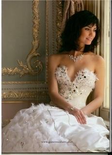 مين أحلى من الممثلات الأتراك بفستان الزفاف؟