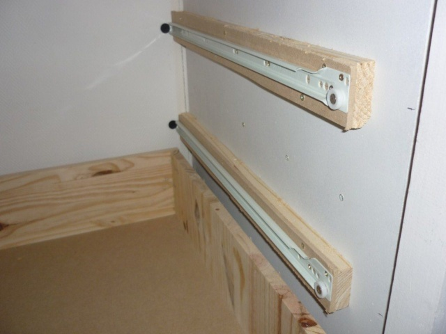 mise en place des glissières de tiroirs