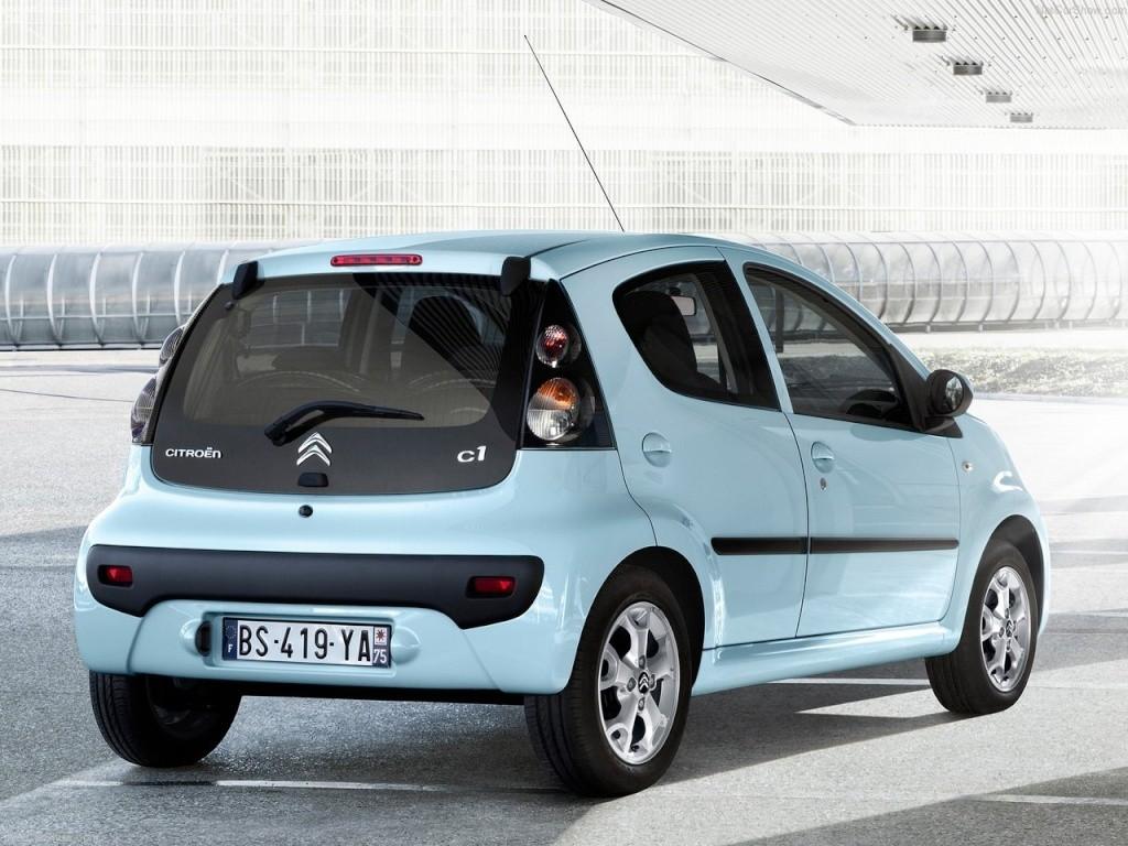 logo Citroën tandis que le C1 voit apparaître un nouveau lettrage